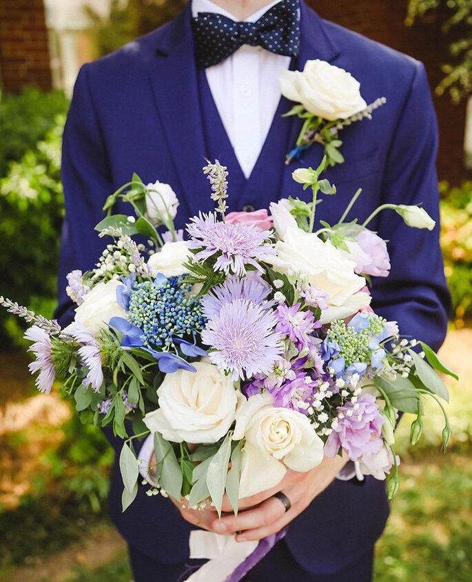 noivo com fato classic blue e bouquet de noiva enorme
