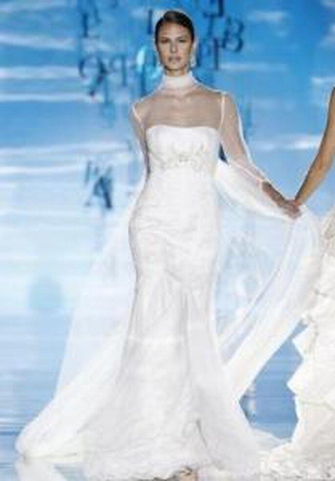 Pepe Botella 2010 - Vestido largo en sedas y gasas, mangas y cuello transparentes, bordados en el cuerpo
