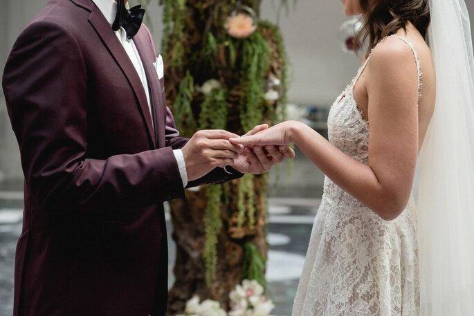 Un marié passe l'alliance au doigt de sa femme pendant la cérémonie
