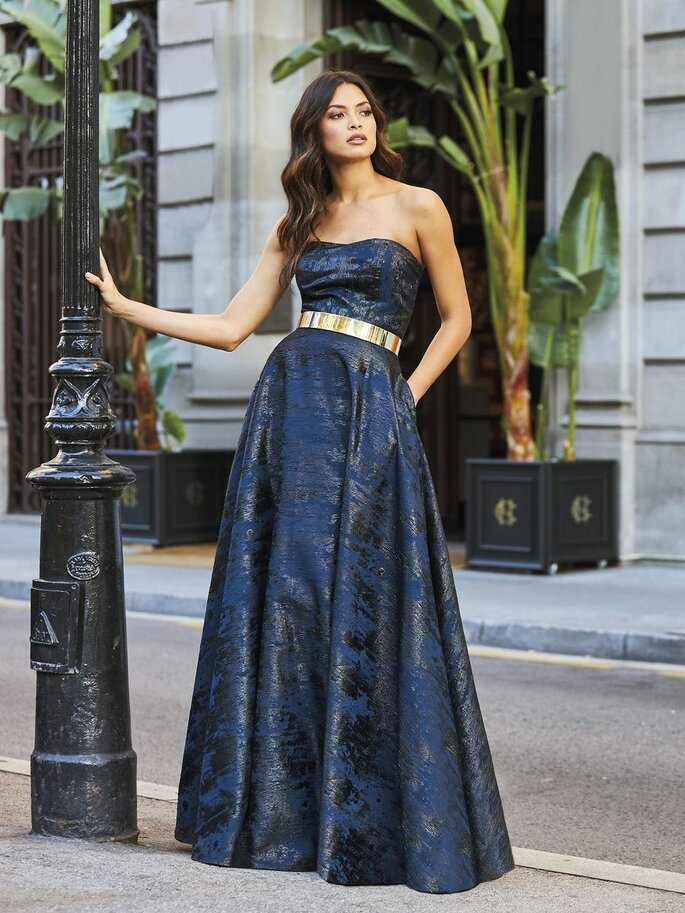 vestido de cerimónia azul petrólio brilhante com cinto dourado Pronovias 2021