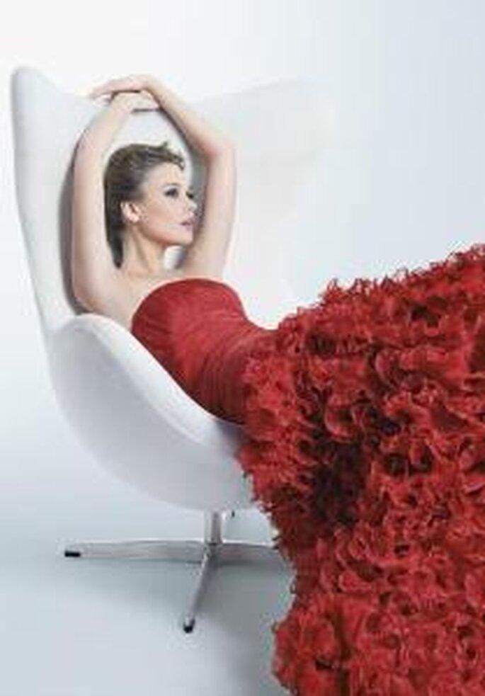 Rosa Clará, Two 2009 - Vestido largo rojo de corte de gala, con escote palabra de honor recto. Gaza