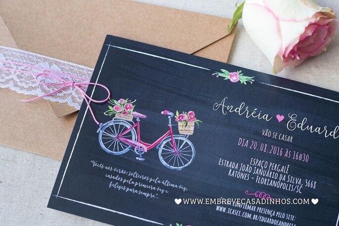 Convite de casamento preto, estilo lousa com bicicleta estampada. Envelope em papel pardo com renda branca