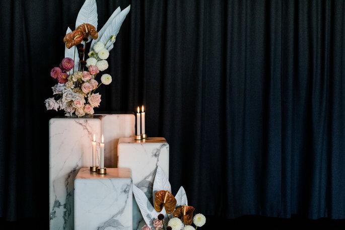 Hochzeitsdekoration auf marmorblöcken