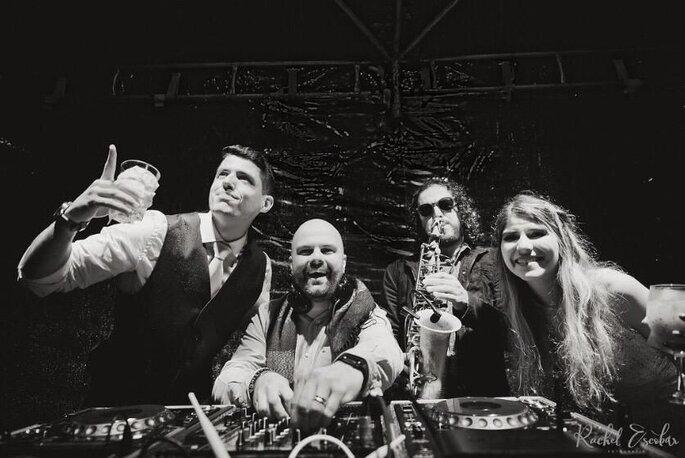 DJ com os noivos e a atração musical da festa