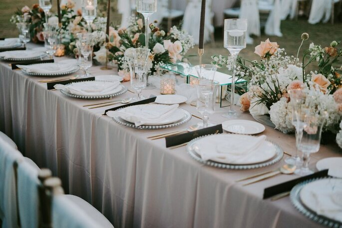 Mesa dos convidados montada para jantar