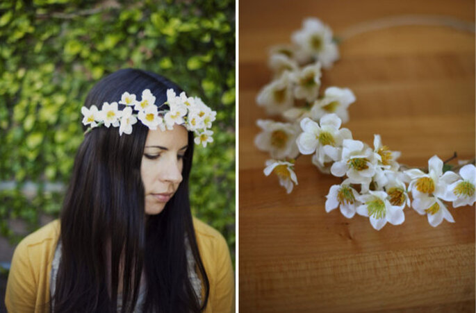 Corona di piccoli fiorellini di tessuto. Foto: Green Wedding Shoes