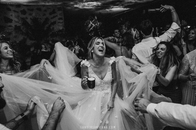 Noiva se diverte na pista com convidados