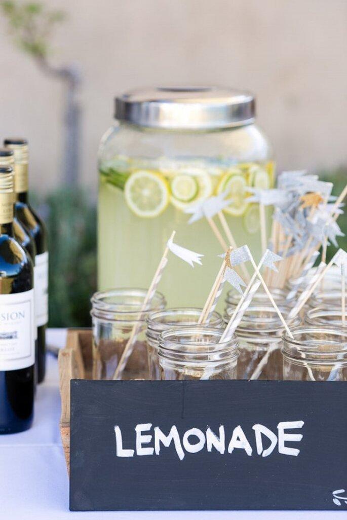 Estación de limonada para una boda de verano - Foto Sutherland Kovach Studio