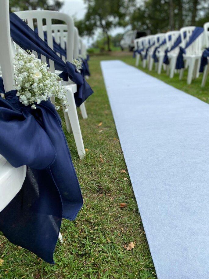 Ruban en soie bleu agrémenté de fleurs pour décorer kes chaises de la cérémonie laïque.