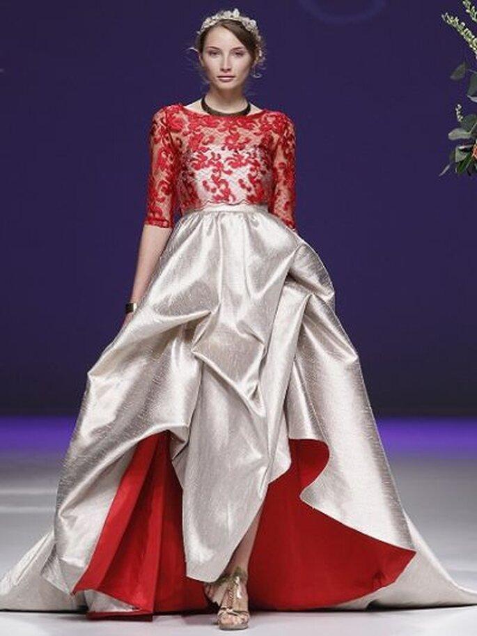 auffallendes Brautkleid in Rot und Weiß Carla Ruiz - Foto Ugo Camera