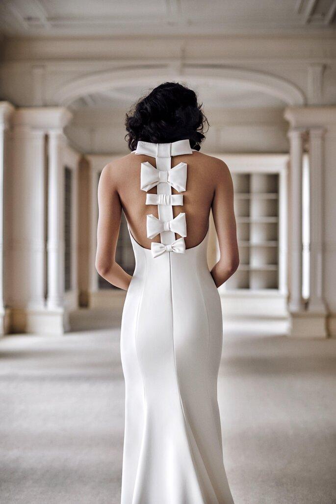 vestido de noiva corte sereia fabricado em crepe japonês com uma fileira de laços sobre costas descobertas