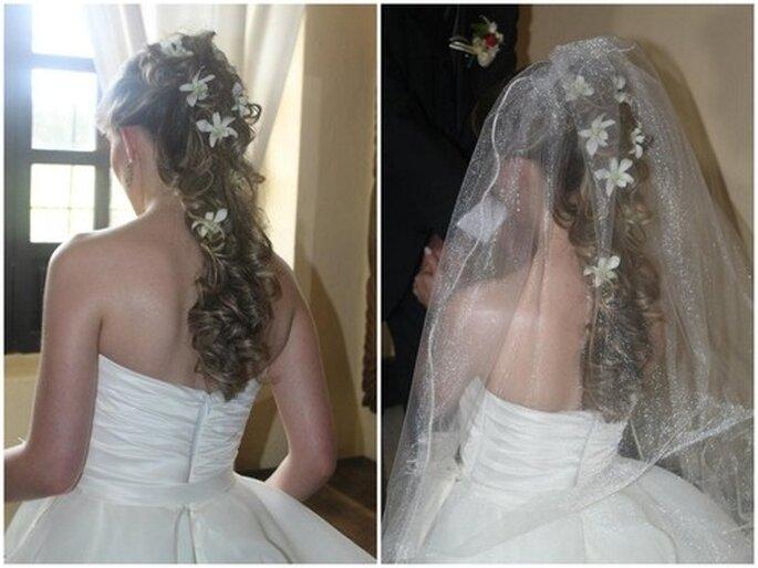 Encantador estilo con melena semi-suelta y flores blancas que permite llevar un velo durante la ceremonia. Fotos: Vidiva Styling