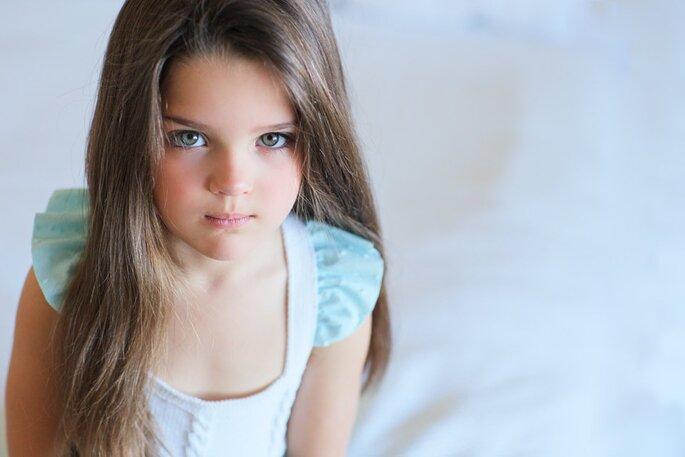 linda menina olhos azuis cabelo comprido com vestido azul