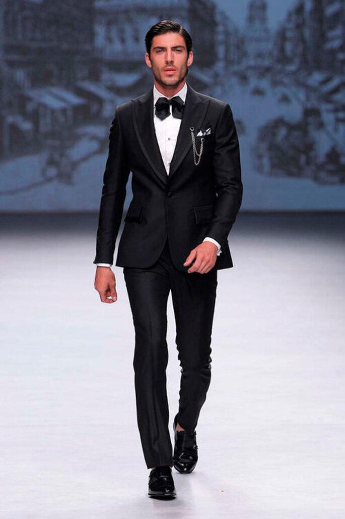 smoquin traje de novio tuxedo para boda en color negro clásico con moño negro y camisa blanca