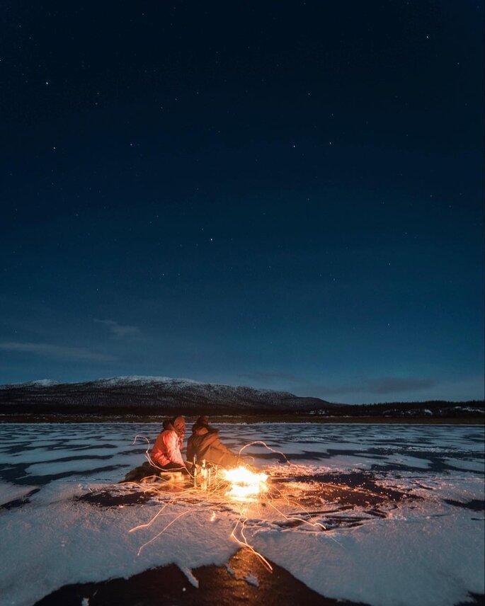 A angel Josephine Skriver é pedida em casamento em um cenário exuberante: sob a Aurora Boreal.