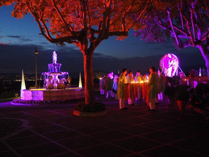 Réception de mariage en extérieur avec superbes éclairages et panorama