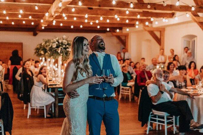 Hochzeitspaar während Hochzeitsfeier