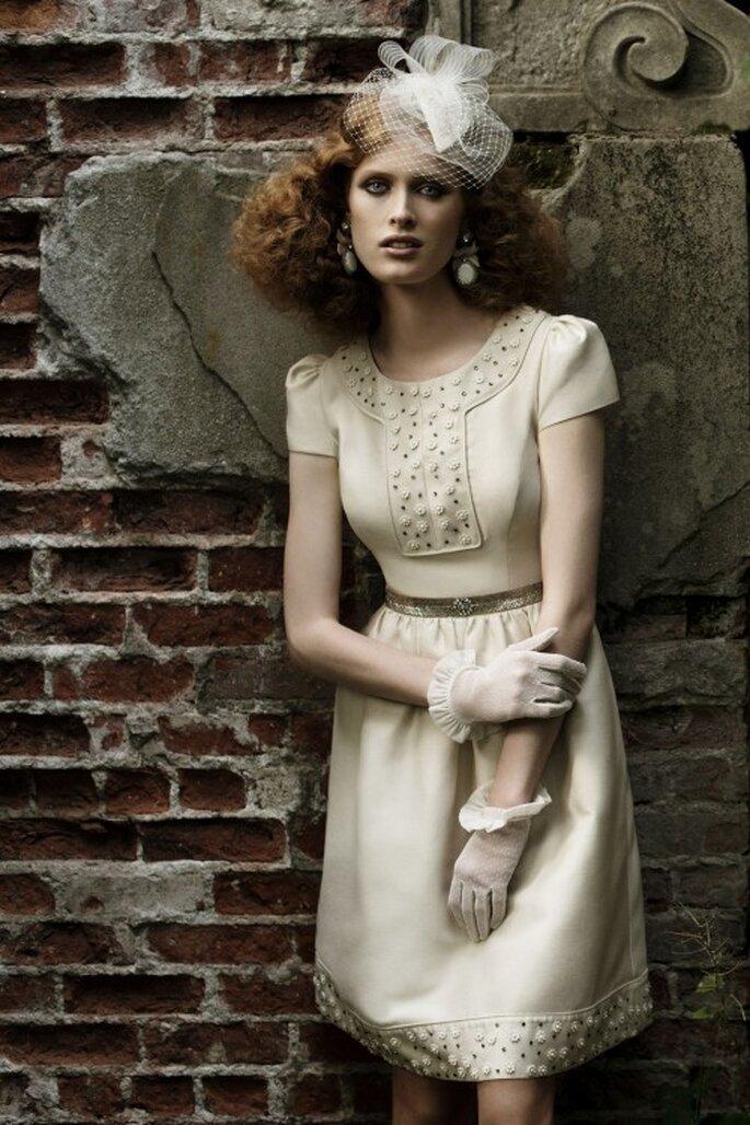 Schick: Besonders süß sehen kurze Brauthandschuhe zum kurzen Brautkleid aus – Foto: bhldn