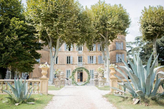 Château avec un superbe jardin et une arche en feuille dressée en l'honneur de la célébration d'une cérémonie laïque