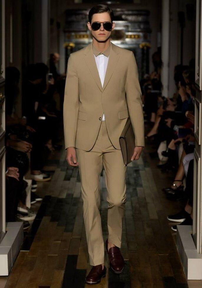 Traje para novio en color tierra con camisa blanca a juego - Foto Valentino