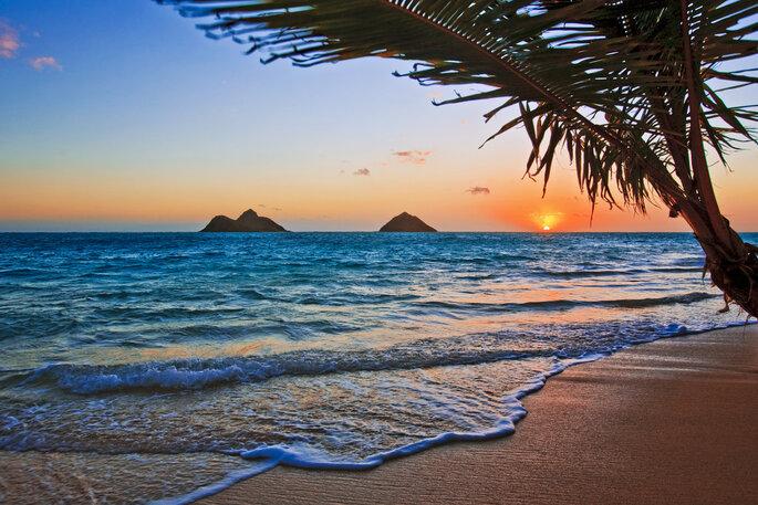 Salida del sol en la pacífica playa de Lanikai, Hawai.