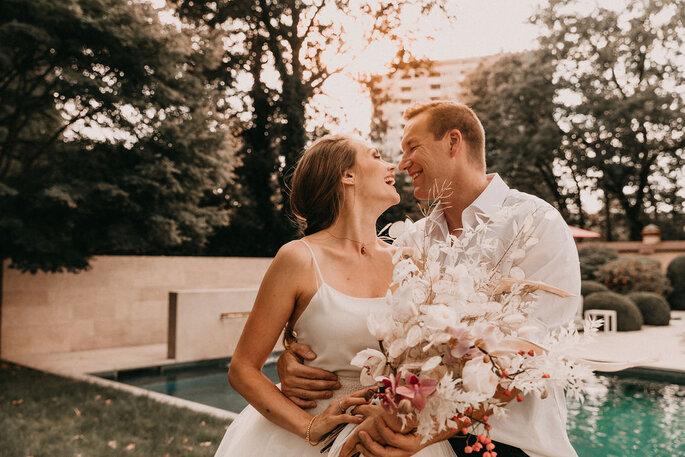 Elopement Fun Wedding Shooting Brautpaar lachend