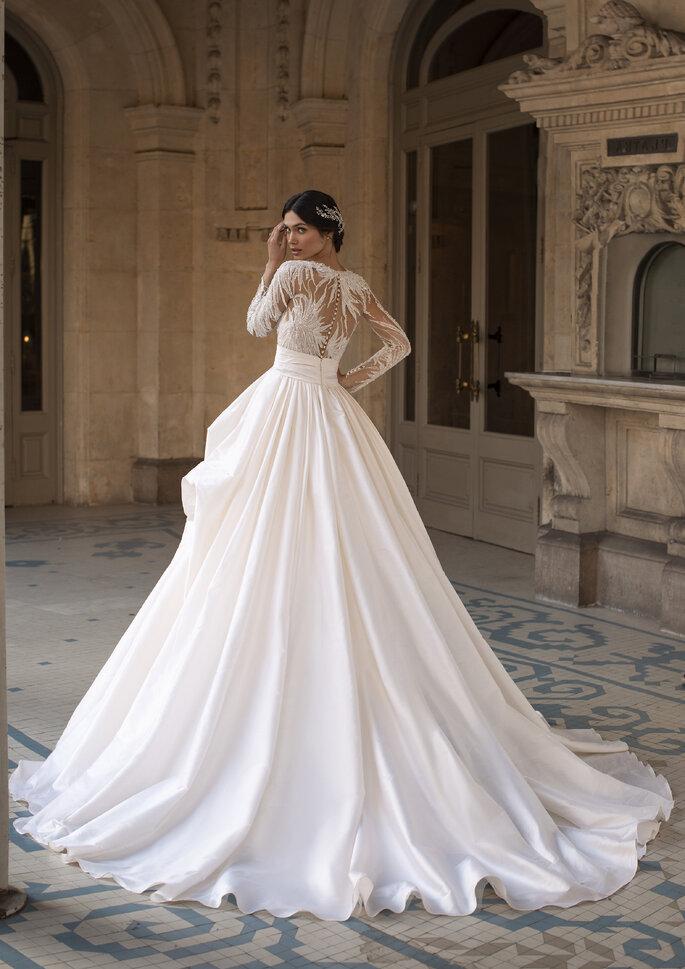 Maravilhoso vestido de noiva corte princesa com saia em micado e corpo com transparências e bordados, também nas mangas compridas | Modelo Blondell da coleção Pronovias Privée 2021