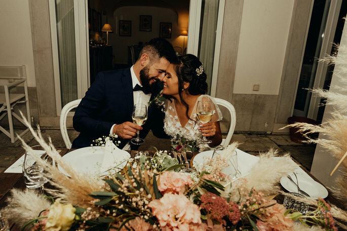 Noivos apaixonados na celebração
