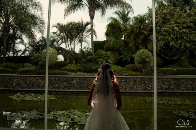 Yedid mostrando los detalles de su vestido de novia - Foto Arturo Ayala