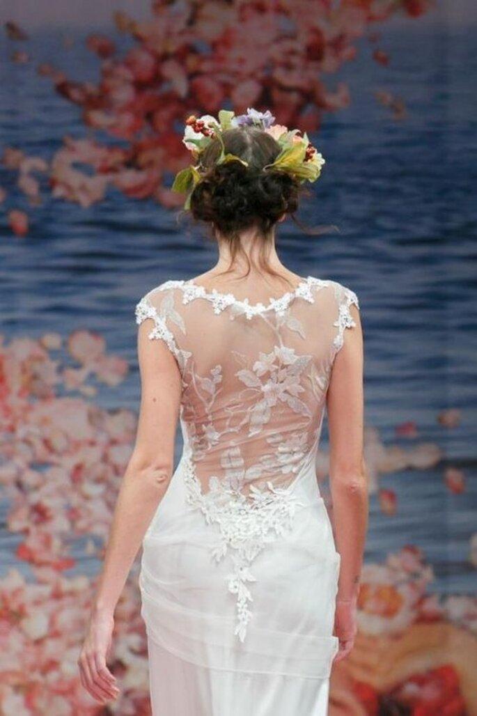 Vestido de novia con escote romántico en la espalda y detalles en relieve - Foto Claire Pettibone