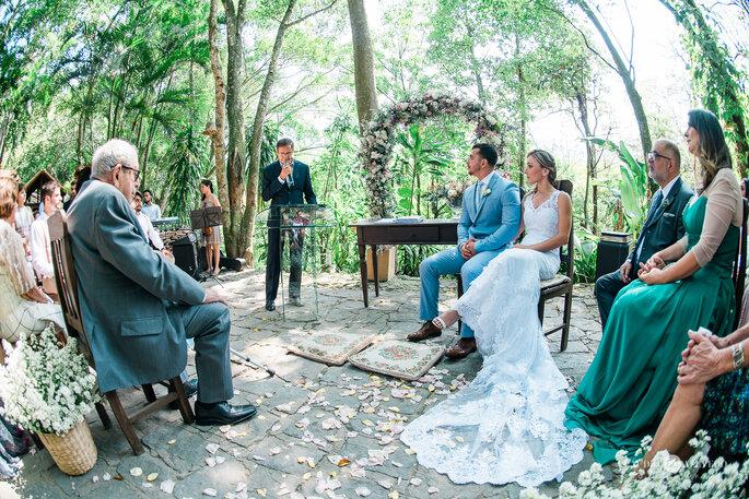 Celebrante realiza casamento em cenário junto a natureza