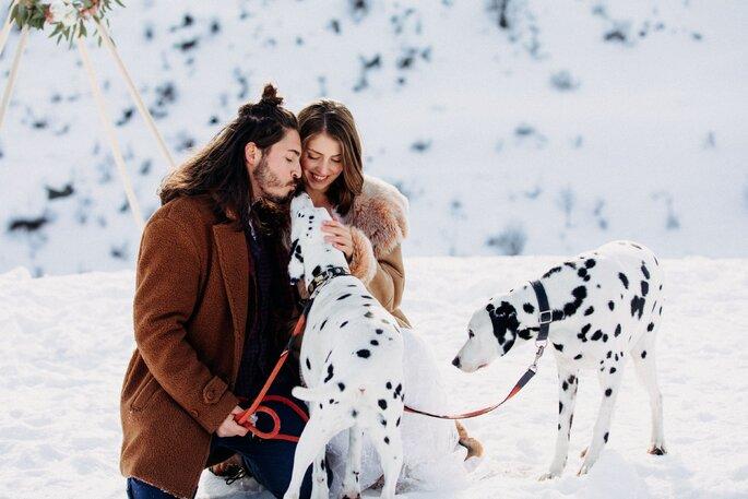 brautpaar mit hunden im winter