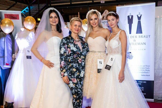Sabine Kuch von Haus der Braut mit drei Bräuten, die Kleider aus ihrem Geschäft tragen.
