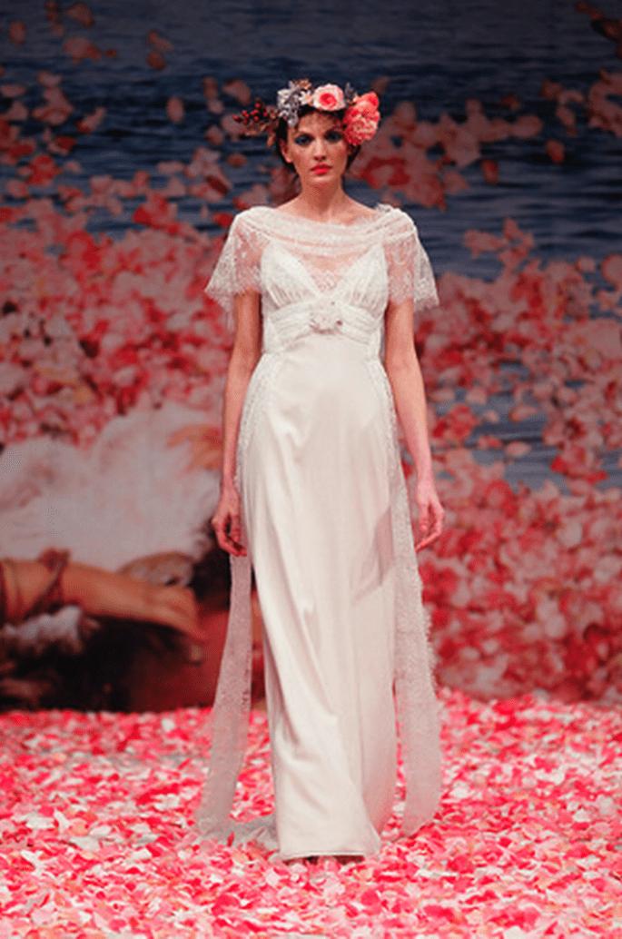 Vestido de novia simple con detalles bohemios y mangas cortas anchas - Foto Claire Pettibone