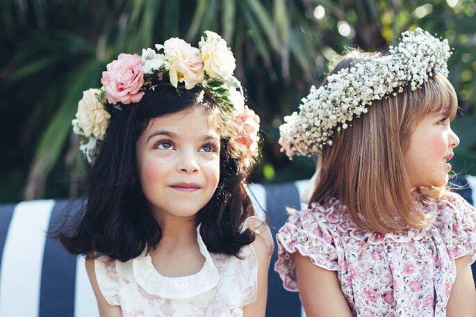 duas meninas com grandes coroas de flores crianças casamento festa