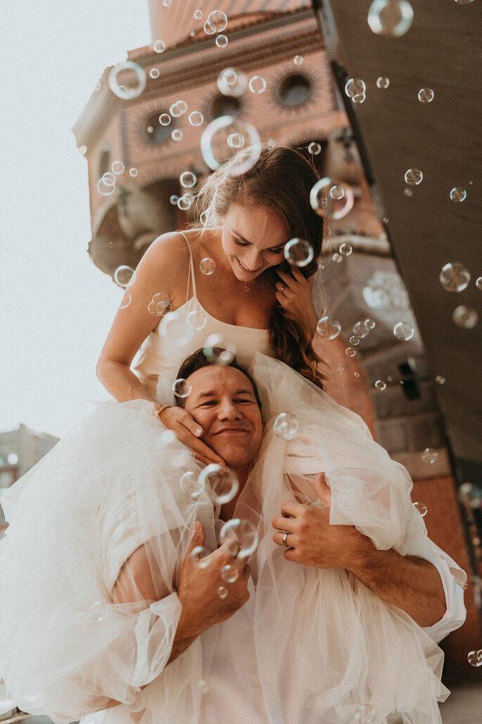Elopement Fun Wedding Shooting Brautpaar Berlin Seifenblasen