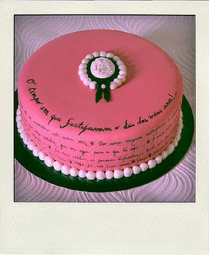 Pastel con un mensaje de adorno. Foto de Tea Bakes