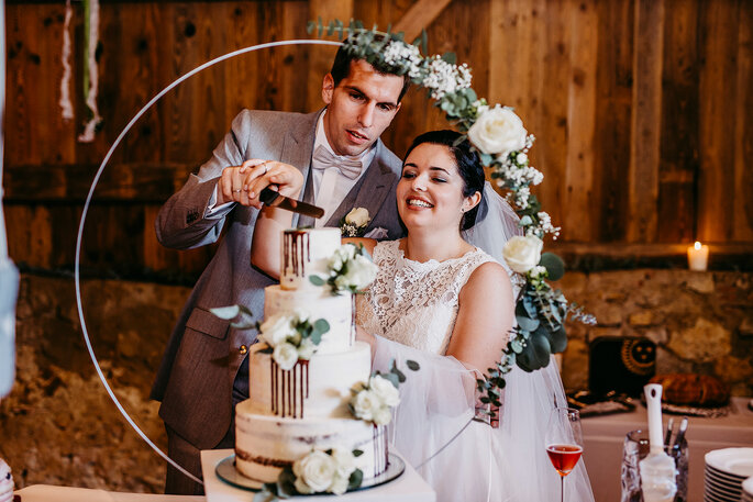 Anschnitt der Hochzeitstorte, Foto von Hüttner Fotografie.