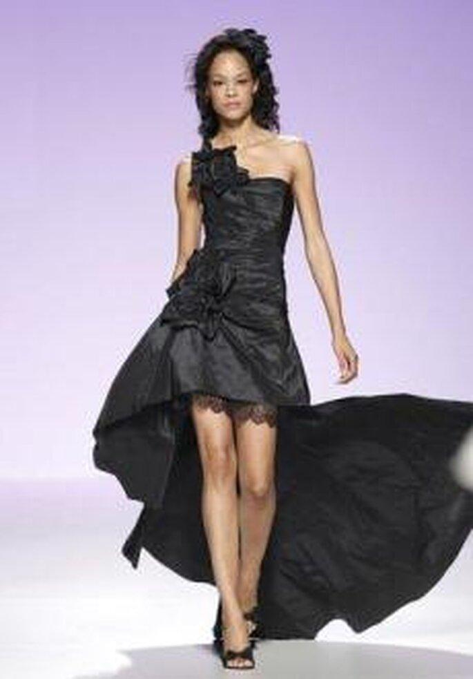 """5229bf78758a Scopri di più su """"Colección de vestidos de novia cortos Cymbeline 2011"""". Cymbeline  2011 - Vestito nero con lunga coda e applicazioni floreali"""