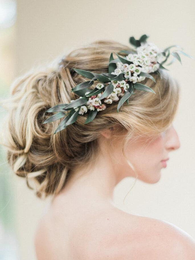 Corona para novia con flores y hojas silvestres