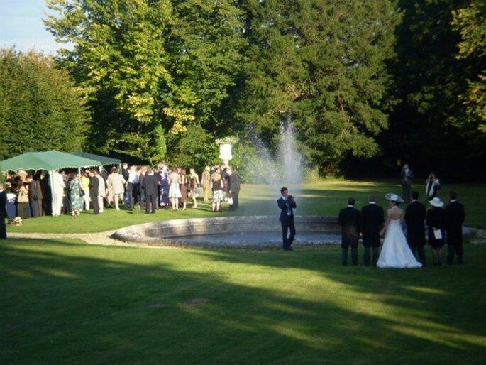 Le cocktail de mariage dans le parc de la propriété : un moment magique - Photo : Mesnil d'Ô