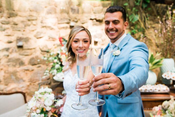 noivos brindam após casamento