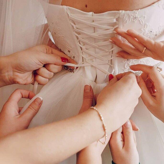 Dreams&love - chiusura abito da sposa con aiuto damigelle
