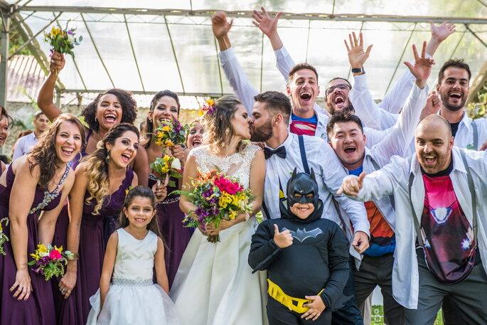 Beijo dos noivos e padrinhos