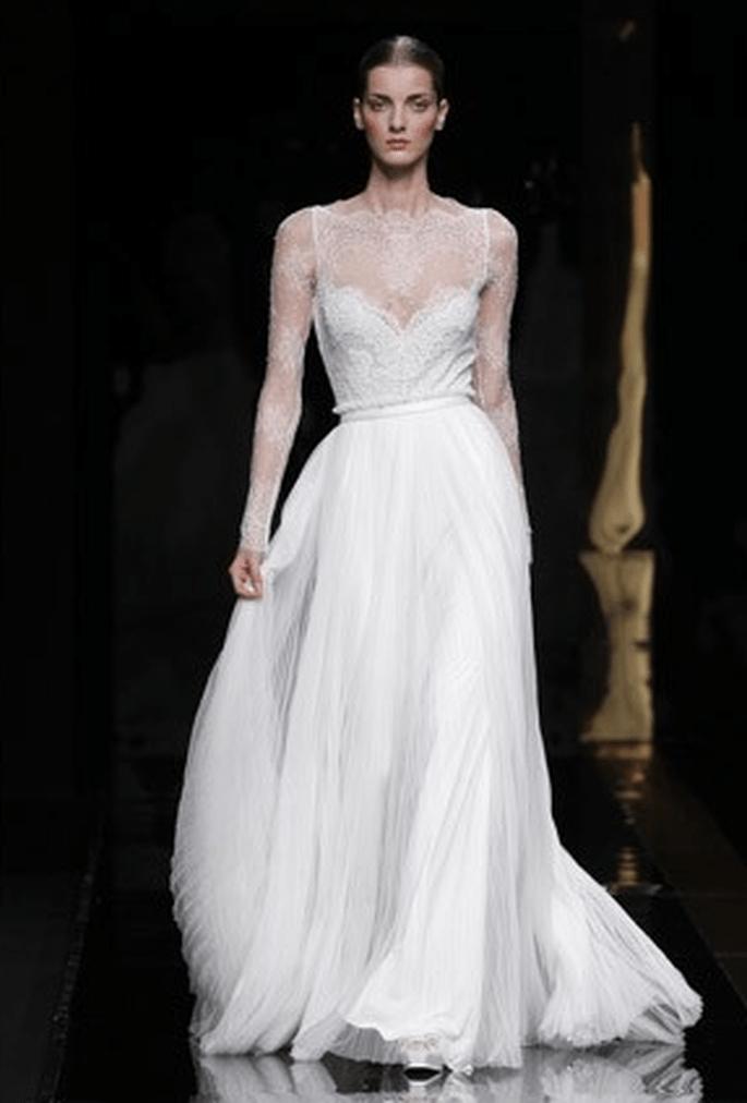 Vestido de novia con manga larga de encaje y corpiño estrecho - Fotografía: Rosa Clará