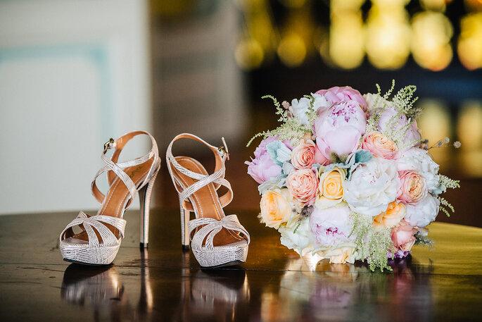 sapatos de noiva sandálias brilhantes com bouquet de noiva