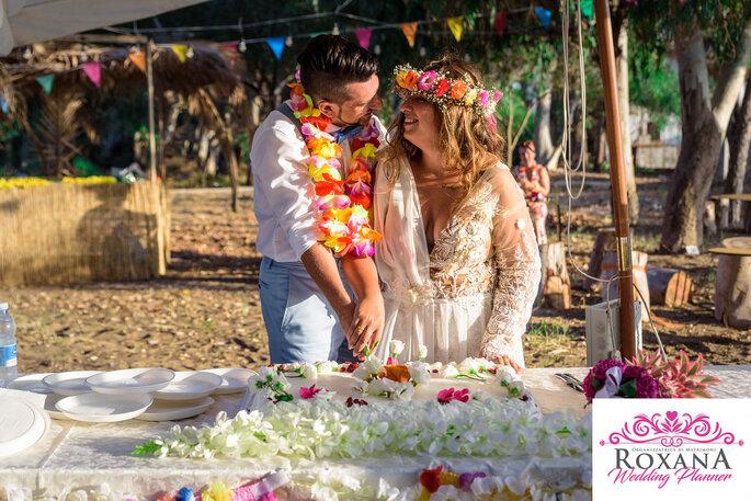 Un buffet de mariage organisé par des mariés sur une plage