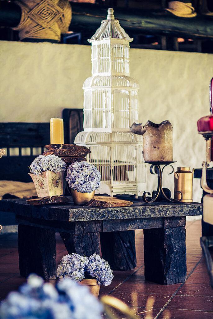 Decoración con jaulas, flores y objetos antiguos. Foto: Rocha Fotografía – Decoración: Casa Grimaldi