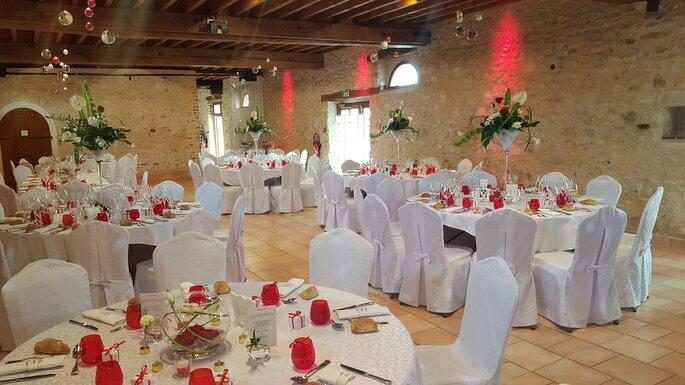 Salle de réception du Domaine de Marolles décorée en rouge et blanc pour un dîner de mariage
