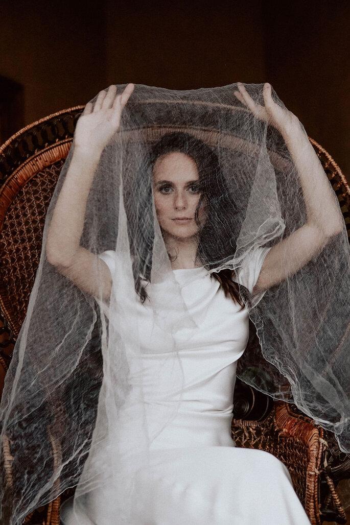 Braut mit Schleier vor Gesicht
